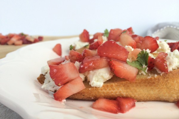strawberry mint ricotta crostinis
